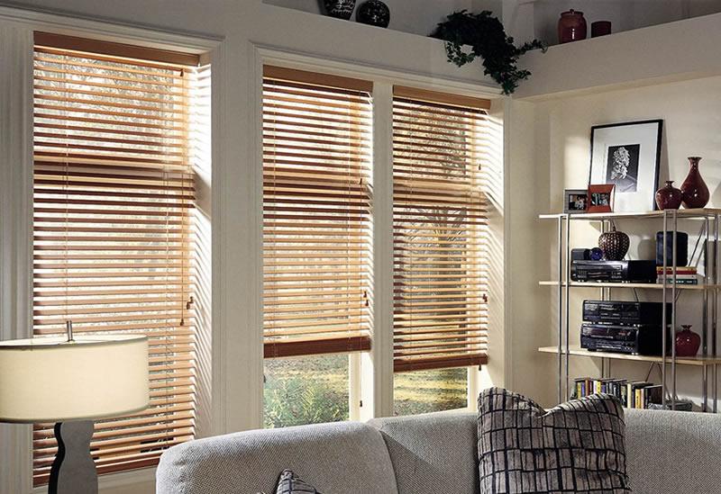 Houten jaloezieen interieurtop10 for Raamdecoratie hout